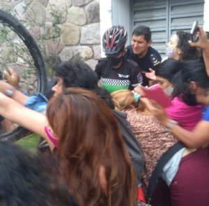 La policía reprimió a diputados y militantes de izquierda y el poder impide que asuma la banca un legislador del FIT hace 9 meses
