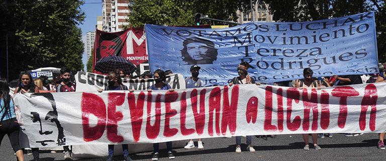 Una multitud volvió a exigir frente a la Embajada de Paraguay la aparición con vida de Lichita