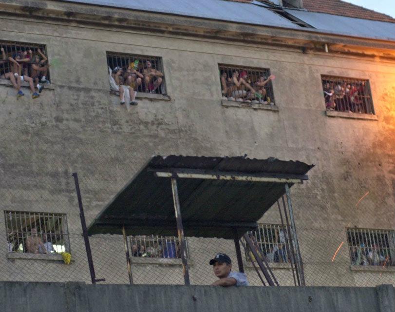 Represión a balazos durante la visita de mujeres y niños y prohibición de evento universitario en la Cárcel de Devoto