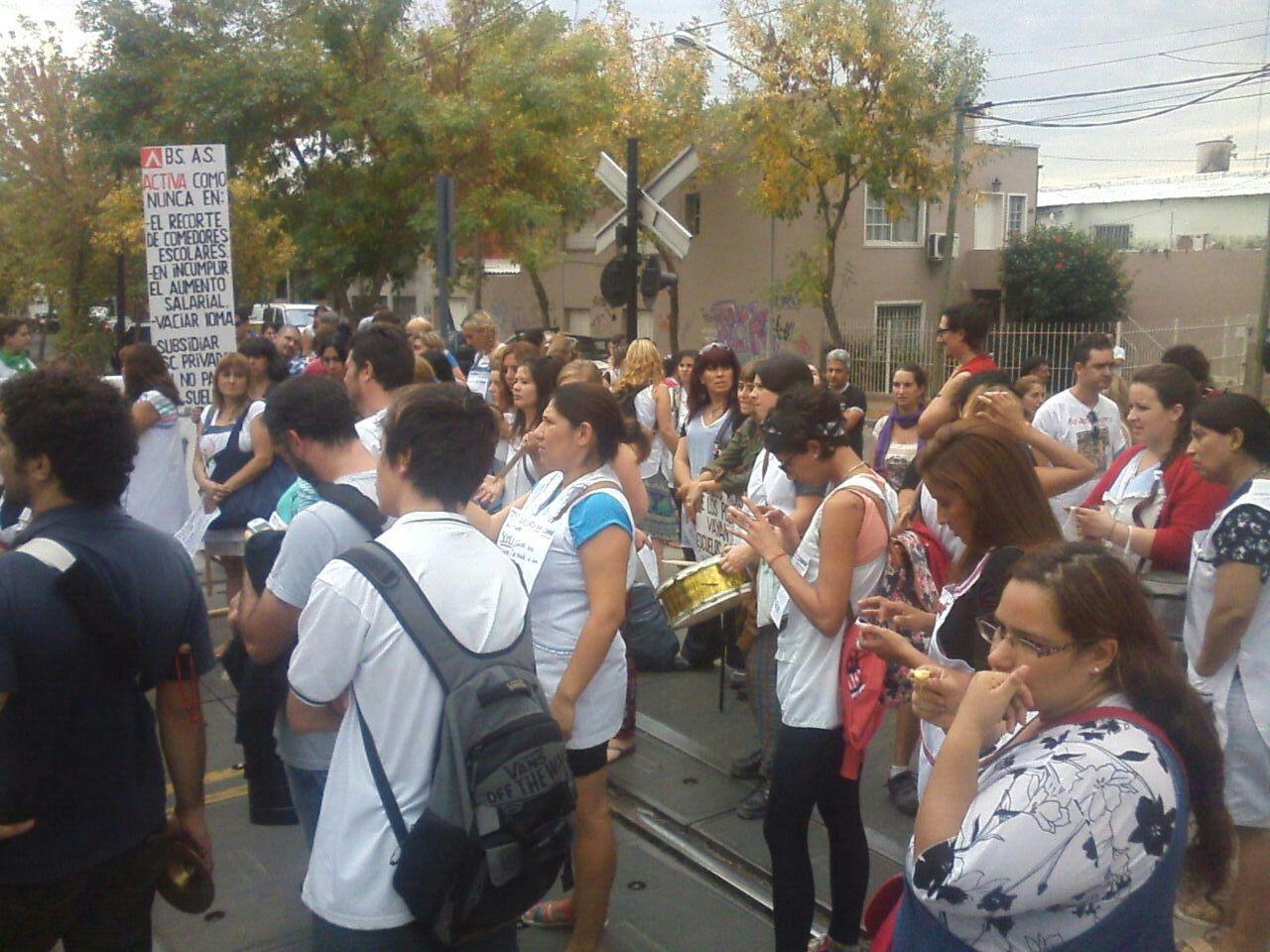 Docentes de Tigre  cortan las vías en reclamo de su salario