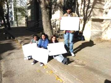 Familiares de un preso encadenados en los Tribunales de Dolores para la libertad