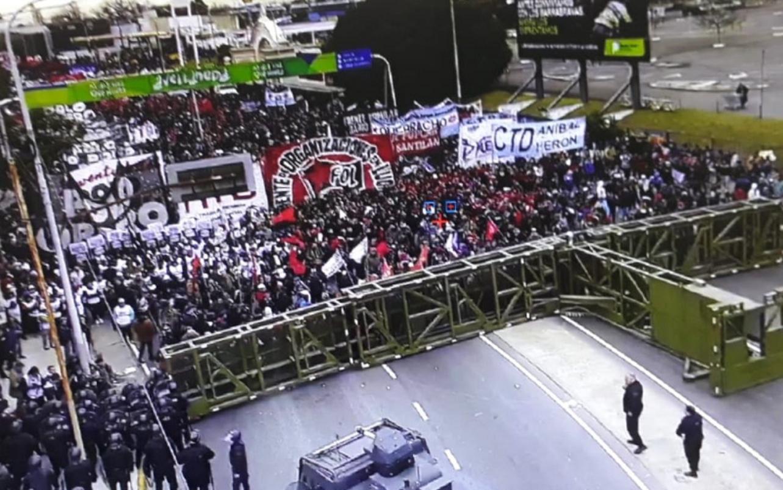 El Gobierno impide el paso a una multitud para homenaje a Darío y Maxi en el Puente Pueyrredón