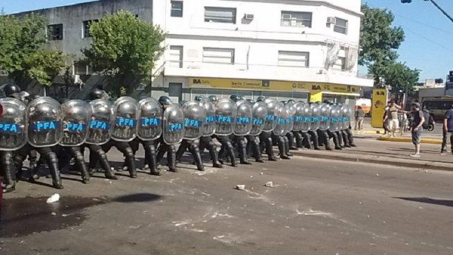 Policía y Gendarmería reprimieron a trabajadores de AGR-Clarín