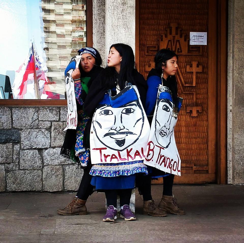 Mujeres mapuches encadenadas en la catedral de Temuco y  menores detenidos